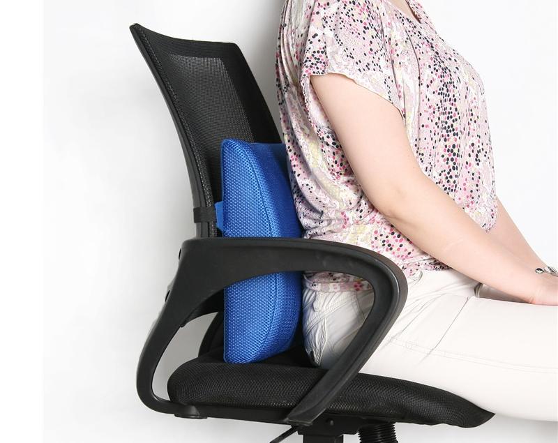 Поддерживание позвоночника с помощью ортопедической подушки
