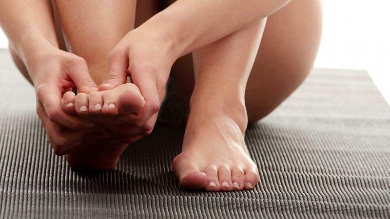 Проявления артрита: краснота, припухлость и боль в стопе
