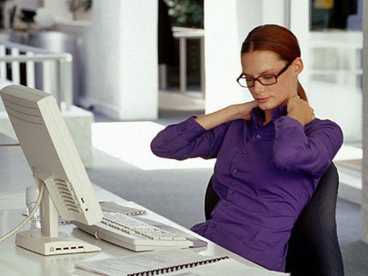 Сидячая работа сказывается негативным образом на состоянии спины и шеи и вызывает головную боль